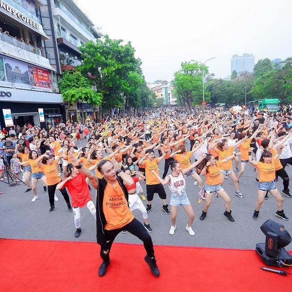 [Dantri] Hàng ngàn người tham dự flashmod Vũ điệu đam mê cùng Moist Diane Việt Nam